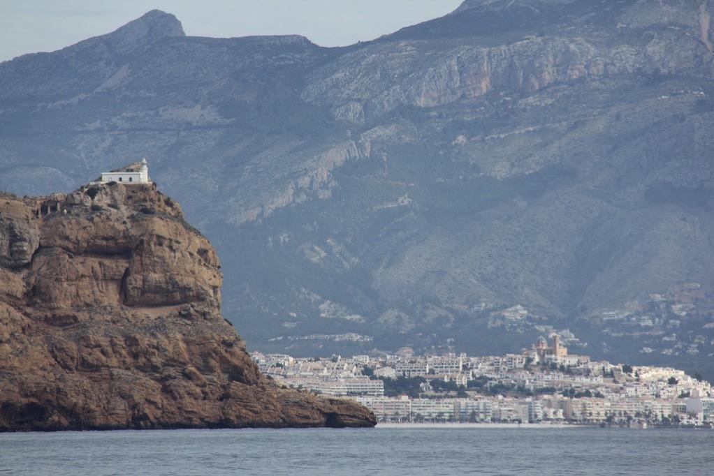 Die Kirche von Altea mit dem Punta del Albir im Vordergrund
