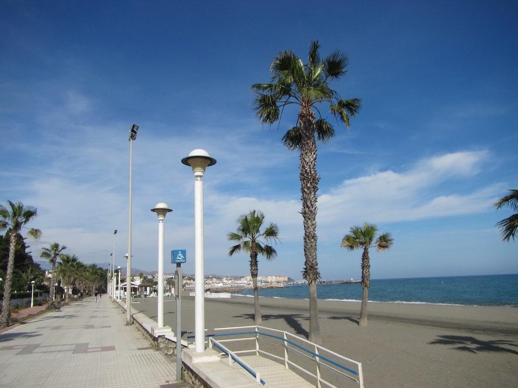 Schöner Weg entlang der Küste von Torre del Mar