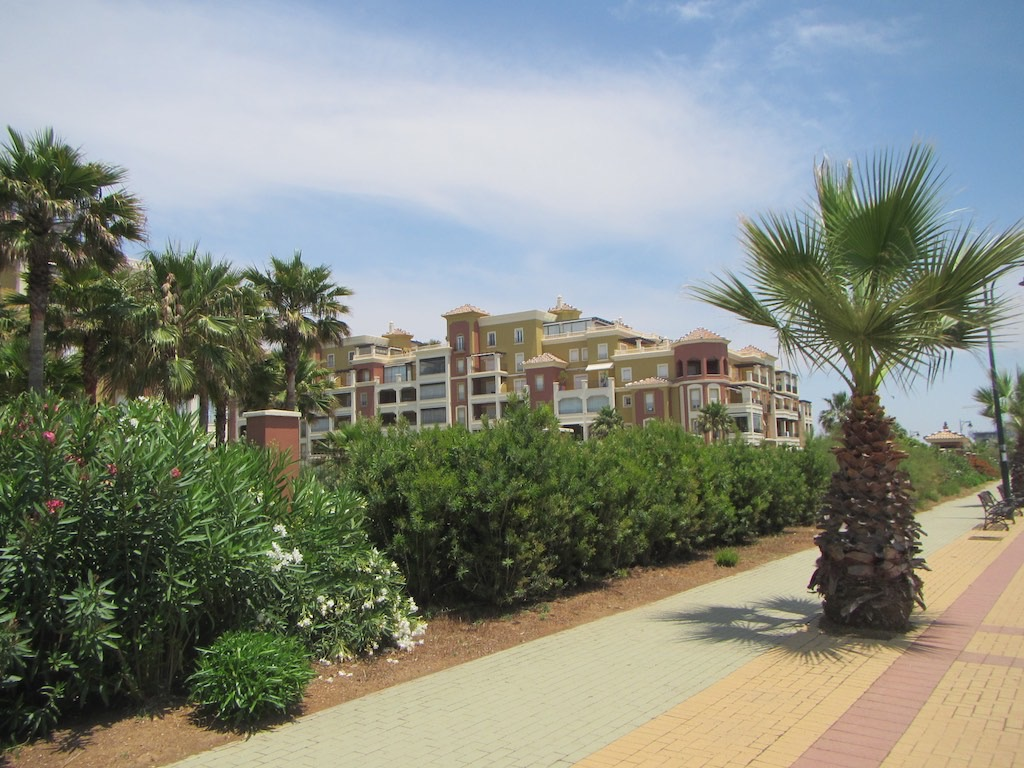 Hotel am Strand entlang