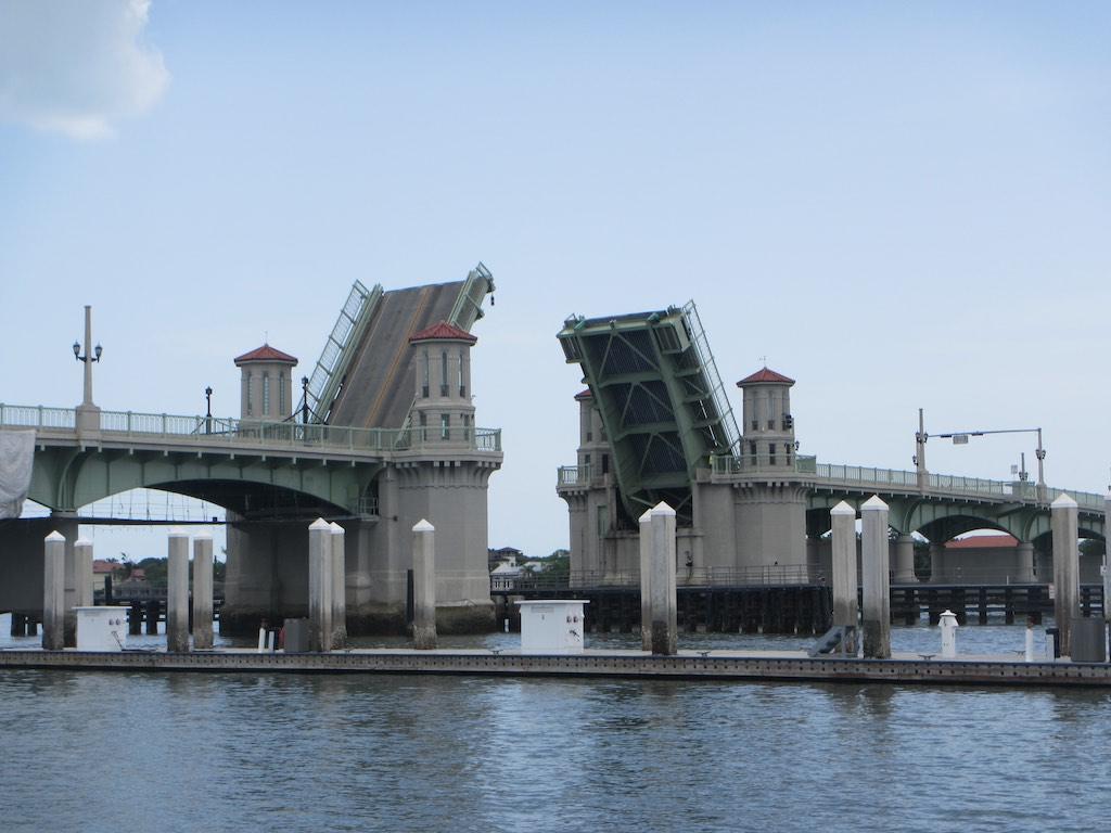 Die Löwenbrücke öffnet sich