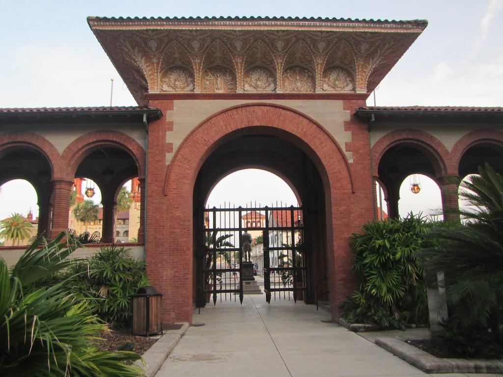 Eingang zum Flager College