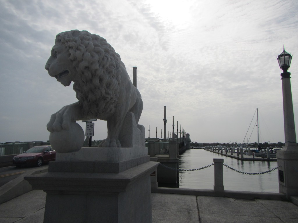 Bewacher der Löwenbrücke
