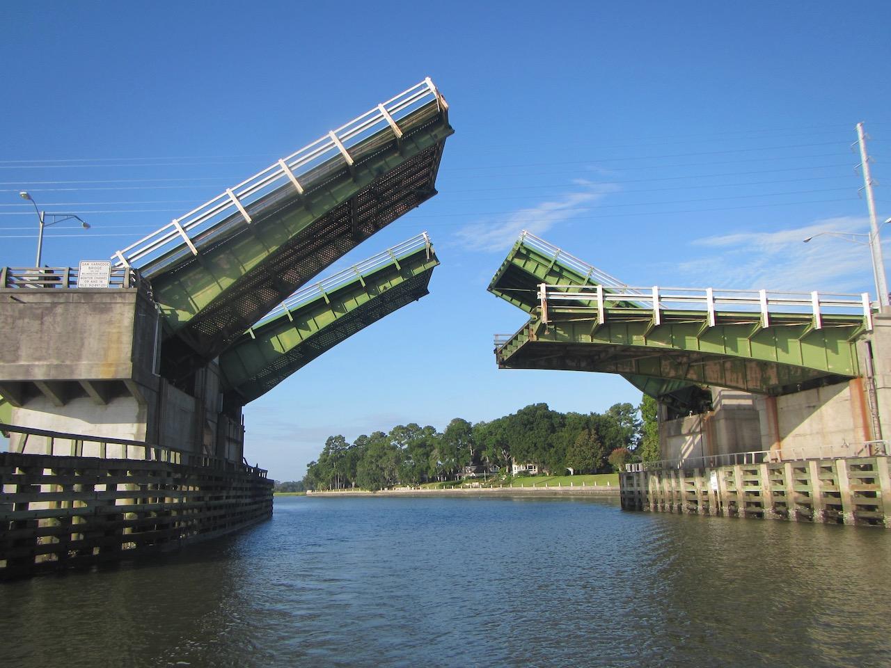 Die Brücke von Causton Bluff, nur halb geöffnet