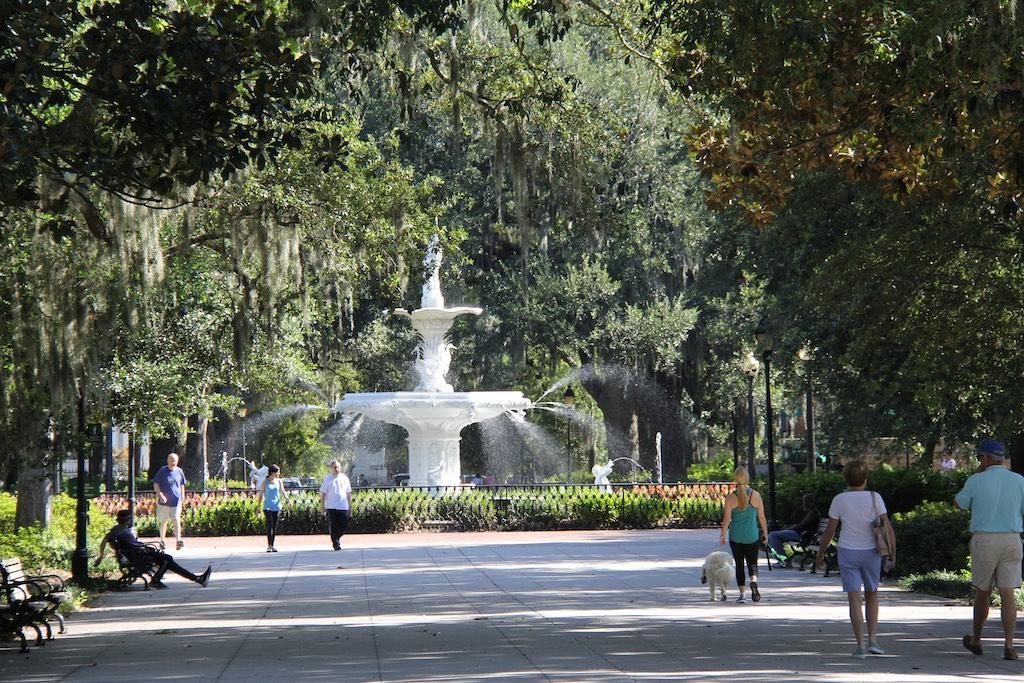 Schöner Brunnen mitten im Park